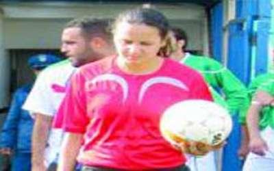 جزائرية تحكم مبارايات كرة قدم للرجال تحلم بصفة الدولية 9998321089.jpg