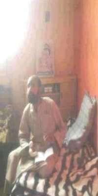 تسريب صورة لسيف الاسلام القذافي في سجن الزنتان وخلفه صورة والده معمر القذافي تثير جدلاً كبيراً في ليبيا