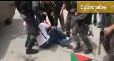 جنود إسرائيليين يسحلون فتاة رفعت علم فلسطين على مدرعة ويعرونها .. فيديو