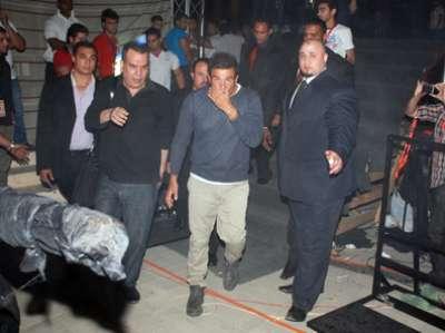 مقاس حذاء عمرو دياب يثير التساؤلات