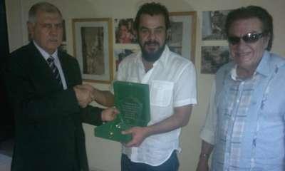 سفارة فلسطين بالقاهرة تكرم الفنان الفلسطيني منذر رياحنة