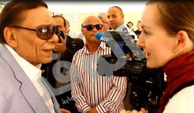عادل إمام يداعب صحفية فرنسية
