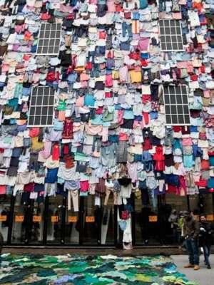 آلاف من قطع الملابس تغطي مبنى في بريطانيا