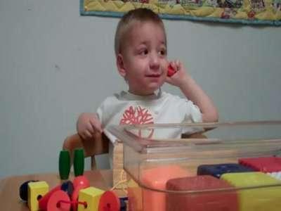 بالفيديو .. فرحة طفل أصم بسماع صوت أمه لأول مرة
