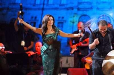 بالصور: نجوى كرم تلهب الجزائريين برقصة الدبكة اللبنانية