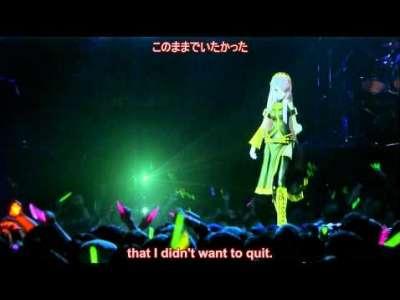 فتاة رسوم متحركة ترقص على المسرح و تغني أمام الناس بدون تلفزيون
