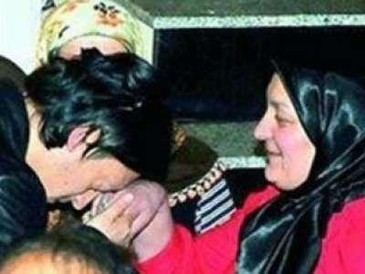 مسعود اوزيل ينحني بكل احترام امام والدته لتقبيل يدها