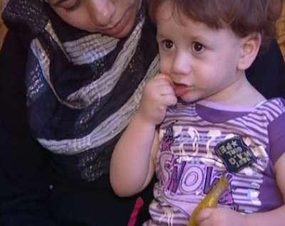 طفل فلسطيني يستمتع بأكل الفلفل