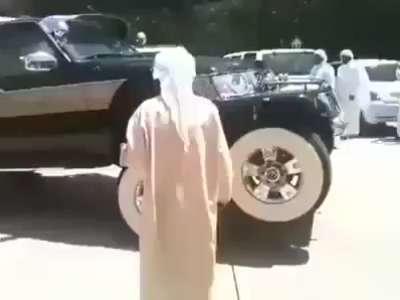 سيارة غريبة في شوارع دبي .. شاهد الفيديو