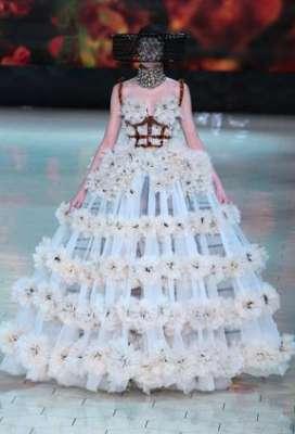 التصاميم الأكثر غرابة وجنونا في اسبوع الموضة الباريسي 9998346244.jpg