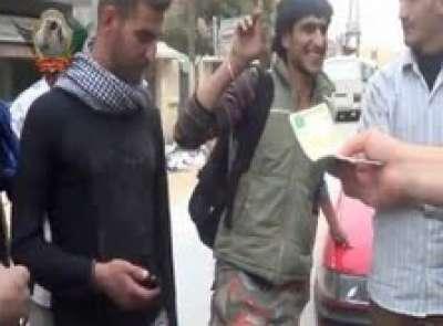 فيديو يظهر كيفية توزيع الاموال على افراد الجيش الحر.... قتل الجندي السوري ب1000 ليرة