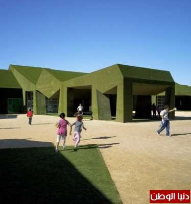 مدرسة خضراء جدرانها من الحشائش في أسبانيا