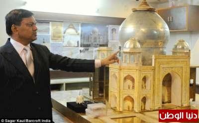 بالصور… جواهرجي يصمم نموذج مصغر من الذهب شبيه لتاج محل
