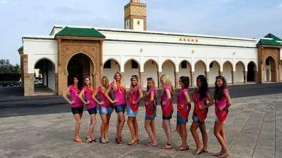 بالصور..المرشحات للقب ملكة جمال بلجيكا يثرن الغضب في المغرب لالتقاط صور بملابس مثيرة أمام مسجد