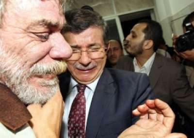 داود أوغلو يجهش بالبكاء من هول ما رأى بغزة