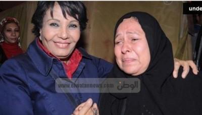 صورة أثارت غضب الفيسبوك:فردوس عبد الحميد تبتسم للعدسات..وأم تبكي من القلب
