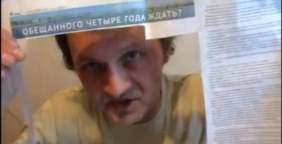 بالصور والفيديو.. صحفى كاذب يعاقب نفسه بتناول مقالاته فى حساء من القشدة