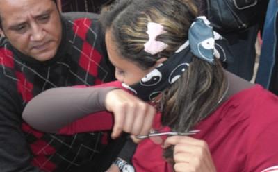 بالصور ..نساء مصر يعترضن على الدستور بقص شعورهن