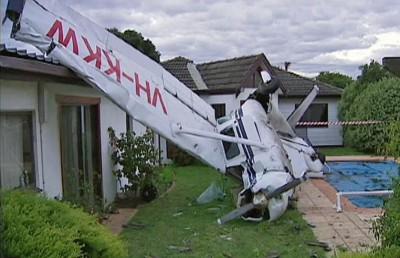 ارتطام طائرة صغيره بمنزل
