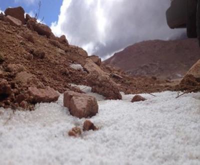 بالصور .... تساقط الثلوج على جبل اللوز بمنطقة تبوك في السعودية