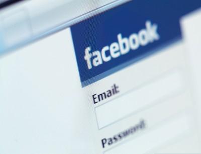 لماذا تصيب الكآبة بعض متصفحي فيسبوك؟