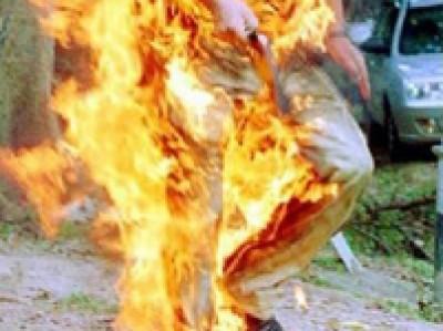 شابان يحاولان احراق نفسيهما على دوار المنارة وسط مدينة رام الله