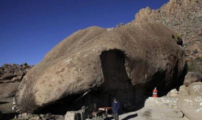 عام.. مكسيكي يعيش منـزل منحوت داخل صخرة 9998363964.jpg