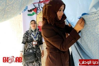 النساء بغزة يبنون خيمات التضامن الاسرى بسواعدهن شاهد الصور 9998367567.jpg
