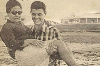 صورة نادرة لأم كلثوم يحملها شاب وسيم تنتشر على الفيسبوك