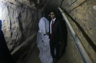بالصور : شاب يتزوج داخل احد انفاق مدينة رفح
