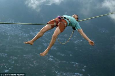 بالصور.. مخاطر برازيلي يسير وينام على ارتفاع 3 آلاف قدم