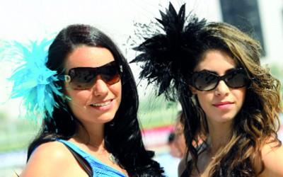 حسناوات مونديال الخيول في دبي يتنافسن على أجمل تسريحة وقبعة