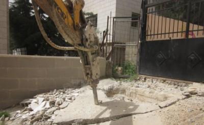 بلدية الدوحة تزيل التعديات في شارع دائرة السير