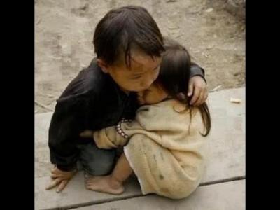 شاهد :  صورة مؤثرة لطفل مسلم في بورما يحتضن أخته بعد مقتل عائلتهما