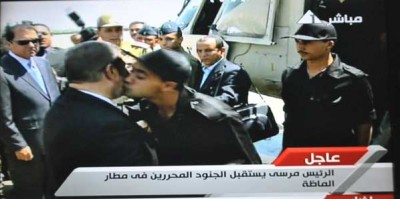بالصور والفيديو: وصول الجنود المصريين المخطوفين الى القاهرة .. مرسي وقنديل والسيسي في استقبالهم