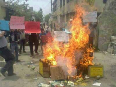 بالصور: إحراق مساعدات حزب الله في مخيم عين الحلوة