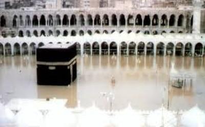 بيت الله الحرام وهي تغرقه مياه الامطار