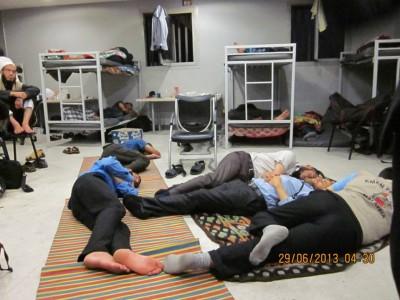 بالصور: فلسطنيون محتجزون داخل غرف الترحيل فى مطار القاهرة يناشدون السفارة بالقاهرة للتدخل العاجل لحل أزمتهم الإنسانية