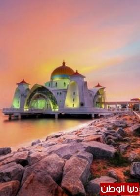 بالصور ..  اجمل مساجد في العالم تحفة في مسجد مضيق مالاكا في جزيرة ملقا بماليزيا