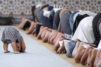 شاهد : أفضل صورة في العالم .. طفل يقلّد المصلين