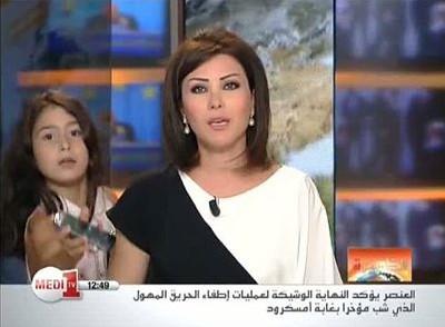 شاهد بالفيديو .. ابنة المذيعة لينا علوش تظهر على الهواء مباشرة لتناولها الجوال
