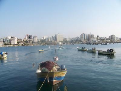 تآكل الشاطئ 37 متر قرب ميناء غزة .. خبراء يحذرون من غرق شاطئ غزة في البحر