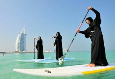 بالصور: اماراتيات يركبن الامواج بالعباءة