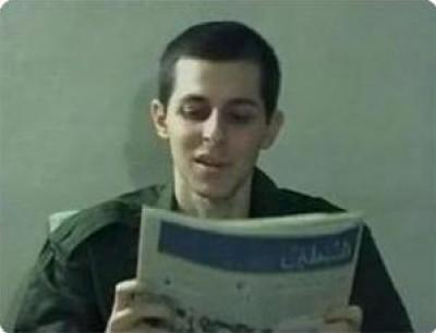 حاول الإضراب عن الطعام وتناول المهدئات .. تفاصيل جديدة ومثيرة عن حياة شاليط في غزة