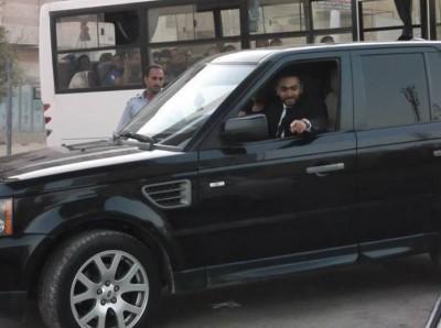 بالصور .. تامر حسني يستعرض بسيارته لاند روفر