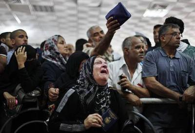شاهد بالصور : معاناة المواطنيين الغزيين عبر معبر رفح