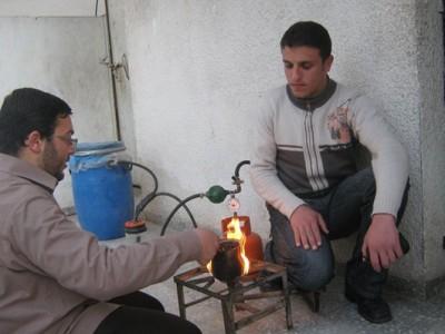 بالصور: طالبان غزيان يخترعان جهاز لإنتاج الغاز