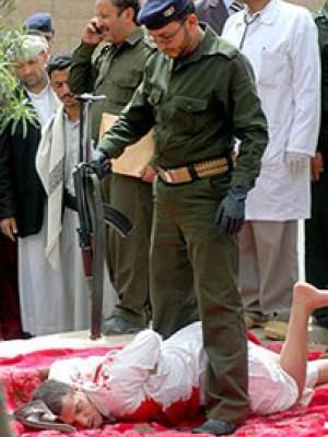 شاهد بالصور: إعدام شاب يمني بالرصاص بتهمة اغتصاب وقتل طفل