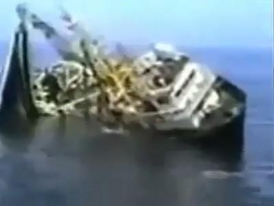 شاهد بالفيديو: لحظة غرق قارب الموت بليبيا والذي راح ضحيته عشرات الفلسطينيين