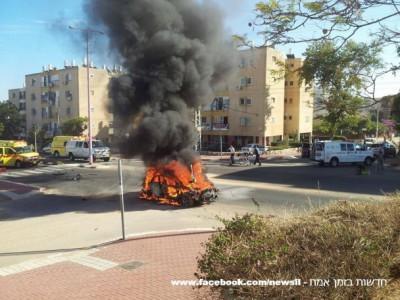 شاهد بالصور: مقتل إسرائيلي وإصابة آخر بجراح بالغة الخطورة في انفجار سيارة مفخخة في مدينة عسقلان